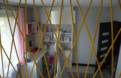 Nowoczesna zabudowa pokój dla dziewczynki plecionka sznurki