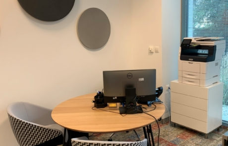 Panele akustyczne stolik spotkania