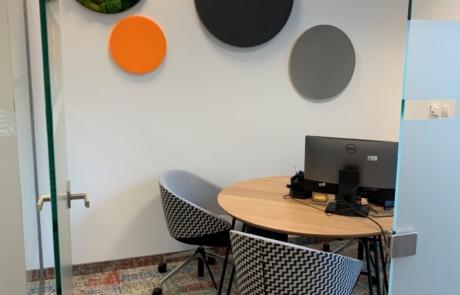 Sala dla klientów meble akustyka drewno