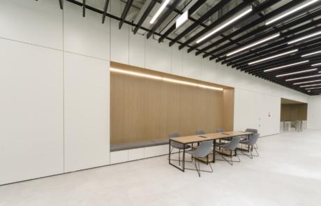 Elegancka sala konferencyjna ekologiczna oświetlenie led drewno