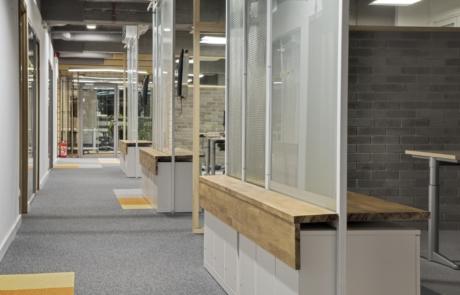 Wnętrze banku lite drewno na zamówienie meble