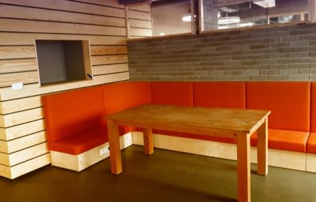 Kanapa pod projekt pod wnękę-obudowa-ścian-deski lakierowane drewno
