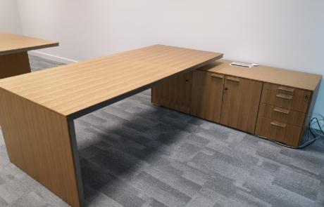 Biurko gabinetowe w trakcie montażu